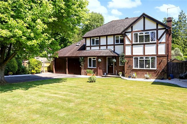 Guide Price £595,000, 5 Bedroom Detached House For Sale in Lindford, GU35
