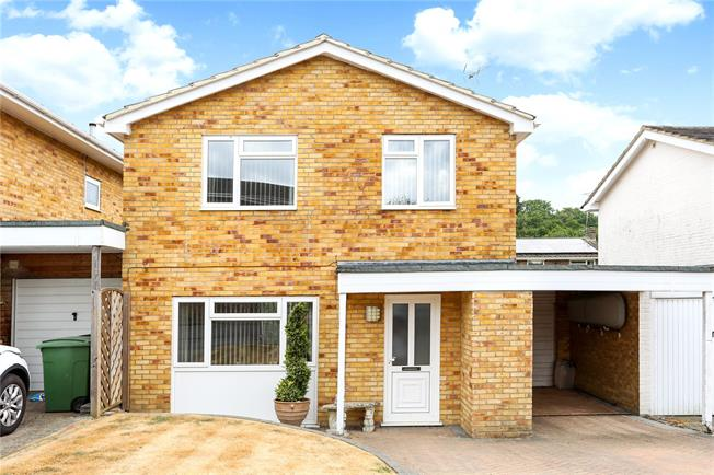 Guide Price £439,950, 4 Bedroom Detached House For Sale in Liphook, GU30