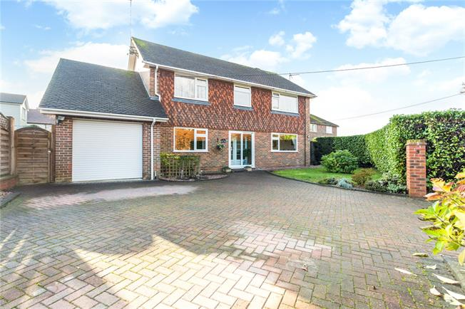 Guide Price £600,000, 4 Bedroom Detached House For Sale in Liphook, GU30