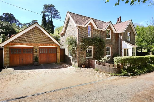 Guide Price £650,000, 3 Bedroom Detached House For Sale in Liss, Hampshire, GU33