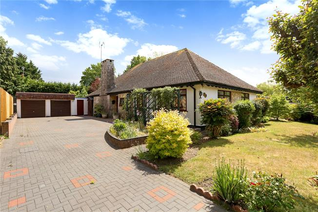 Guide Price £675,000, 3 Bedroom Bungalow For Sale in Liphook, GU30