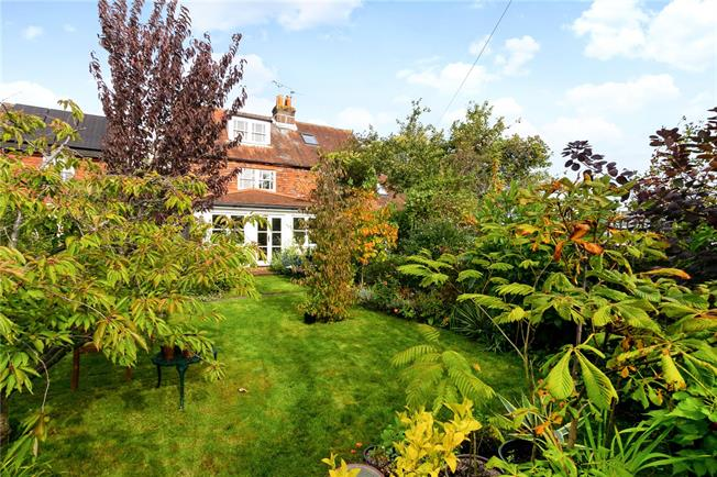 Guide Price £365,000, 2 Bedroom Semi Detached House For Sale in Petersfield, GU32