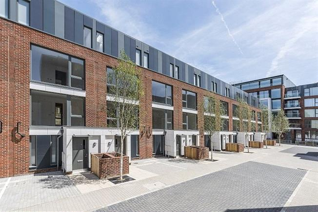 Asking Price £1,190,000, 4 Bedroom Mews House For Sale in London, SW4