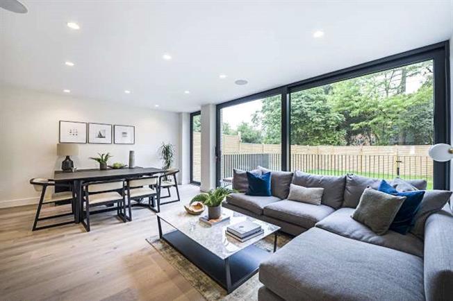 Asking Price £1,350,000, 3 Bedroom Flat For Sale in London, N2