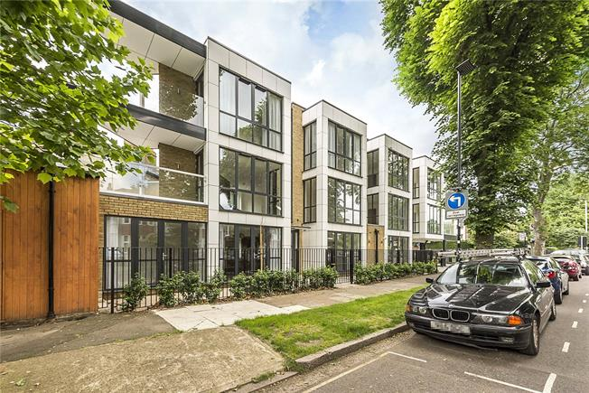 Asking Price £600,000, 2 Bedroom Flat For Sale in London, W4