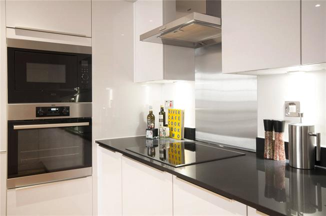 Asking Price £395,000, 1 Bedroom Flat For Sale in London, E14
