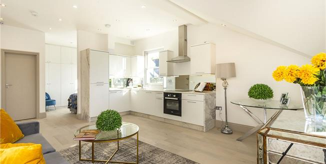 Guide Price £350,000, 1 Bedroom Flat For Sale in Ealing, W5