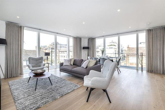 Guide Price £815,000, 2 Bedroom Flat For Sale in London, SW19