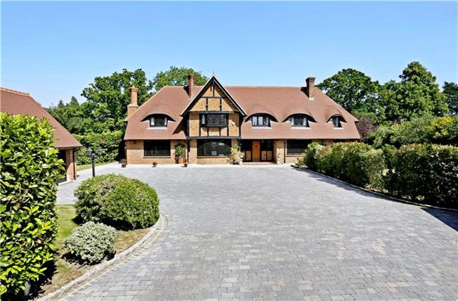 Guide Price £1,695,000, 5 Bedroom Detached House For Sale in Burnham, SL1