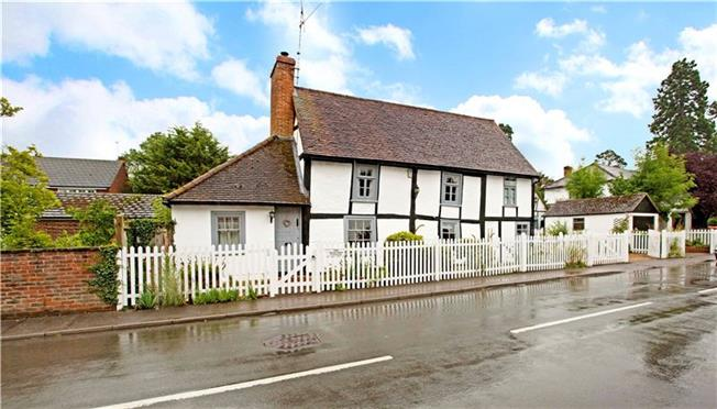 Guide Price £875,000, 4 Bedroom Detached House For Sale in Shurlock Row, RG10
