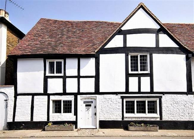 Guide Price £695,000, 3 Bedroom Semi Detached House For Sale in Maidenhead, Berkshire, SL6