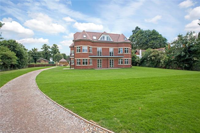 Guide Price £545,000, 2 Bedroom Flat For Sale in Taplow, SL6
