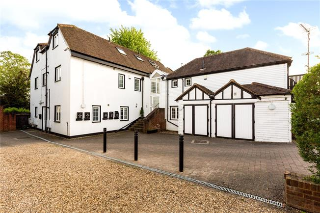 Guide Price £385,000, 2 Bedroom Flat For Sale in Maidenhead, Berkshire, SL6