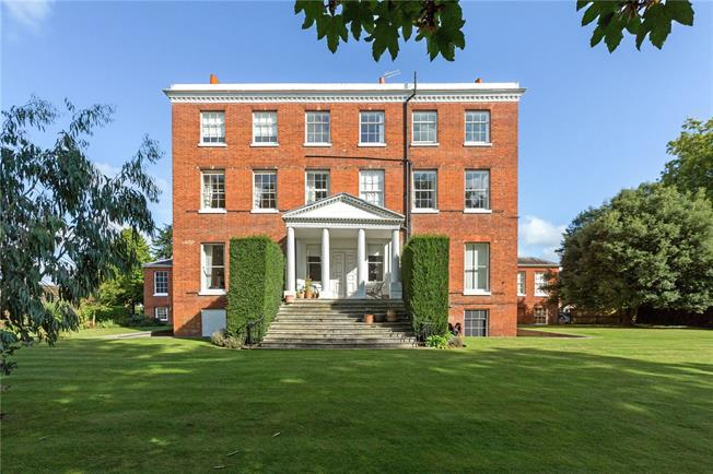 Guide Price £450,000, 2 Bedroom Flat For Sale in Maidenhead, Berkshire, SL6