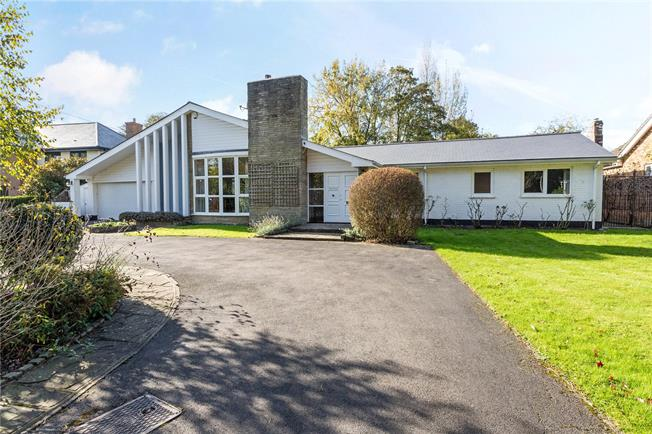 Guide Price £1,195,000, 6 Bedroom Bungalow For Sale in Berkshire, SL6