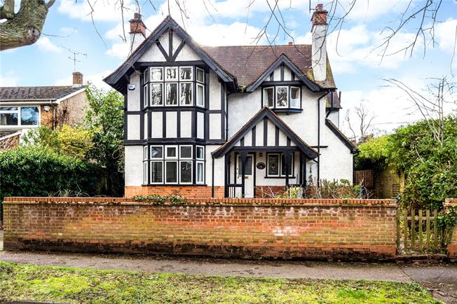 Guide Price £950,000, 4 Bedroom Detached House For Sale in Maidenhead, SL6