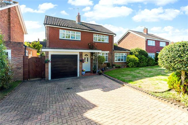 Guide Price £550,000, 4 Bedroom Detached House For Sale in Maidenhead, SL6