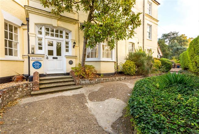 Guide Price £375,000, 2 Bedroom Flat For Sale in Taplow, SL6