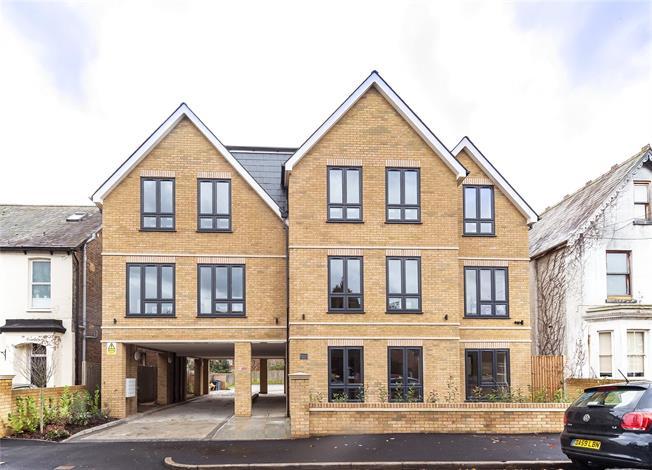 Asking Price £369,950, 2 Bedroom Flat For Sale in Berkshire, SL6