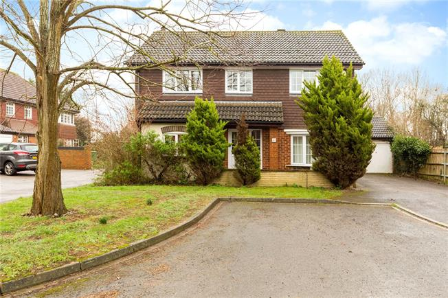 Guide Price £650,000, 4 Bedroom Detached House For Sale in Maidenhead, SL6
