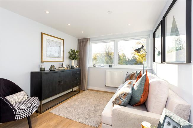 Asking Price £280,000, 2 Bedroom Flat For Sale in Maidenhead, Berkshire, SL6
