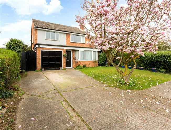Guide Price £795,000, 4 Bedroom Detached House For Sale in Maidenhead, SL6