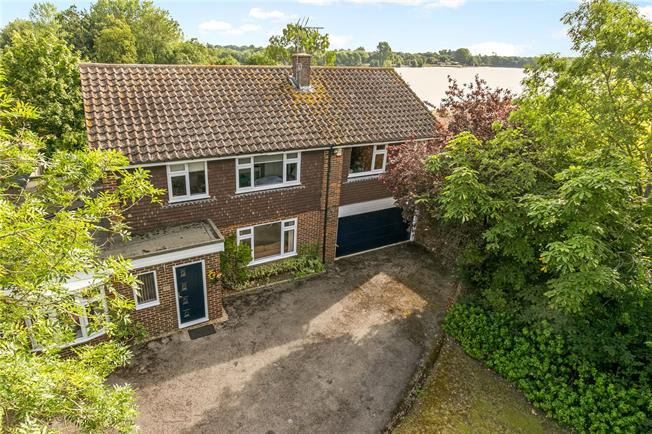 Guide Price £900,000, 5 Bedroom Detached House For Sale in Berkshire, SL6