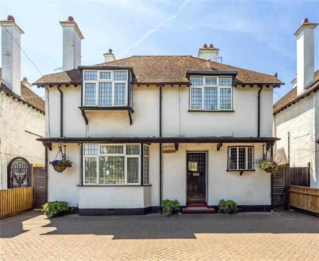 Guide Price £800,000, 5 Bedroom Detached House For Sale in Maidenhead, SL6