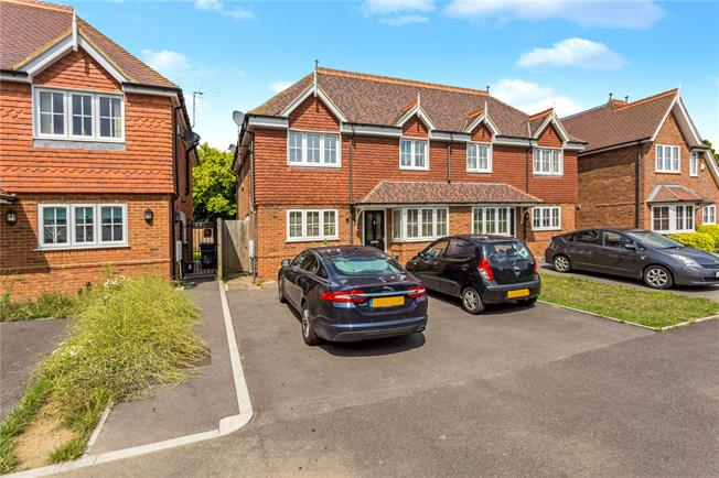Guide Price £575,000, 5 Bedroom Semi Detached House For Sale in Taplow, SL6