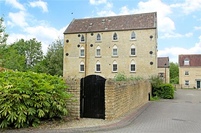 Guide Price £245,000, 2 Bedroom Flat For Sale in Wiltshire, SN11
