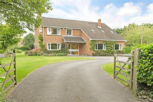 Guide Price £675,000, 5 Bedroom Detached House For Sale in Roundway, SN10