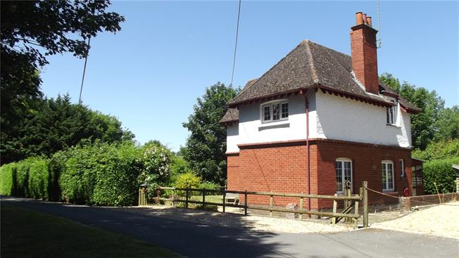 Guide Price £450,000, 3 Bedroom Detached House For Sale in Savernake, SN8