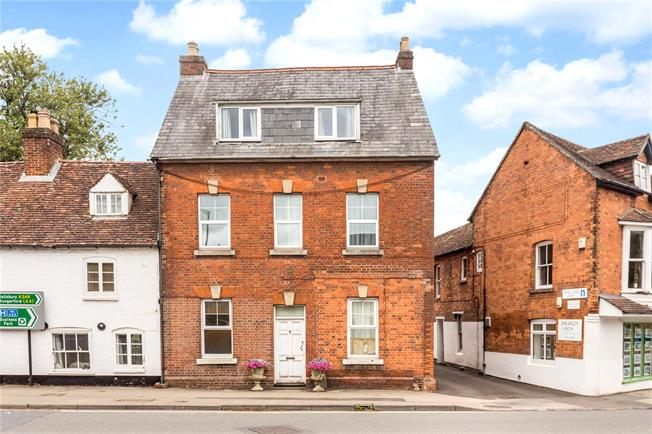 Guide Price £180,000, 2 Bedroom Flat For Sale in Marlborough, SN8