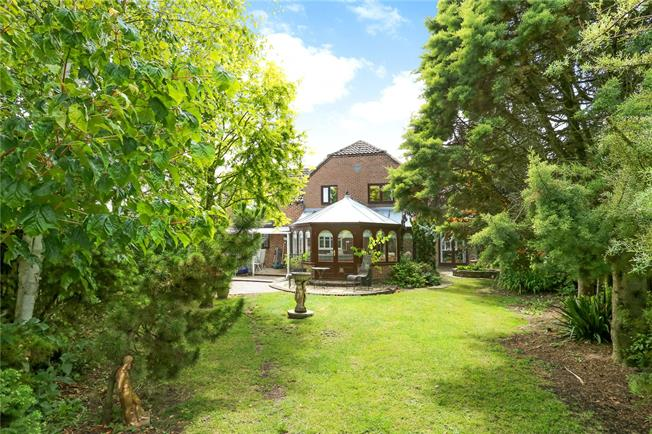 Guide Price £625,000, 5 Bedroom Detached House For Sale in Cherhill, SN11