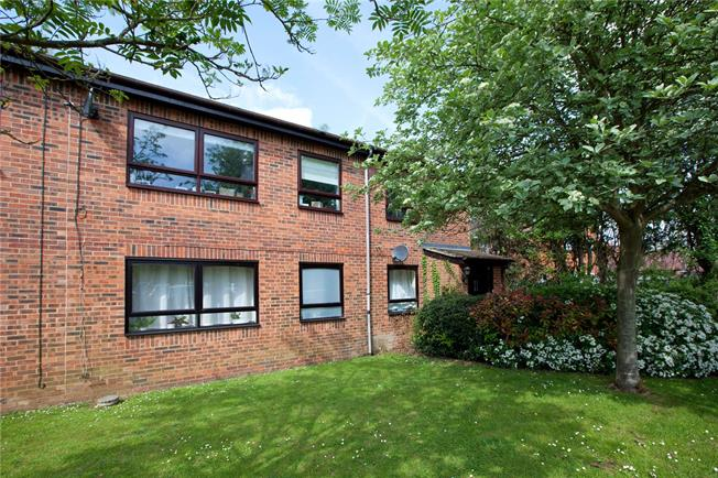 Guide Price £270,000, 2 Bedroom Flat For Sale in Marlow, SL7