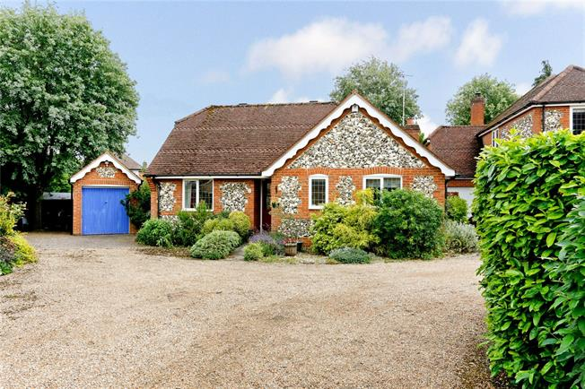 Guide Price £625,000, 3 Bedroom Bungalow For Sale in Marlow, SL7