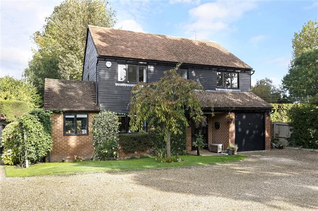 Guide Price £750,000, 4 Bedroom Detached House For Sale in Bourne End, SL8
