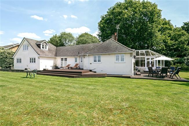 Guide Price £945,000, 5 Bedroom Detached House For Sale in Marlow, SL7