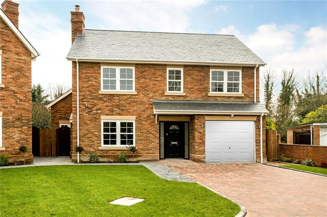 Guide Price £1,375,000, 5 Bedroom Detached House For Sale in Bourne End, SL8