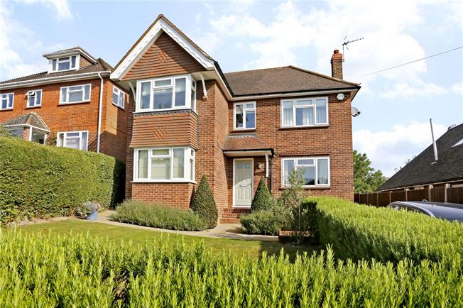 Guide Price £975,000, 4 Bedroom Detached House For Sale in Marlow, SL7