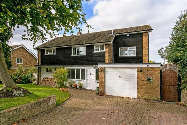 Guide Price £900,000, 5 Bedroom Detached House For Sale in Bourne End, SL8
