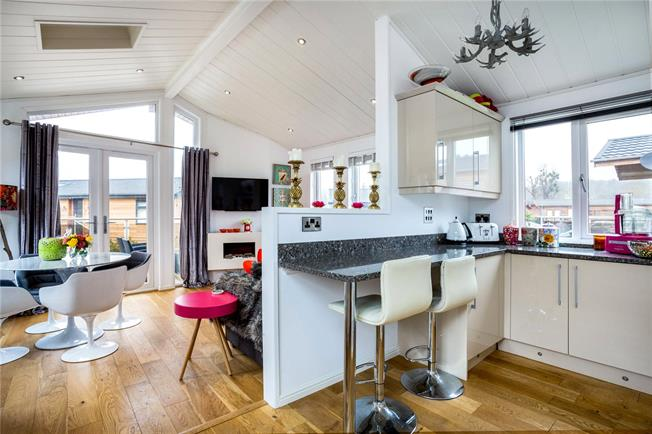 Guide Price £255,000, 2 Bedroom Bungalow For Sale in Marlow, SL7