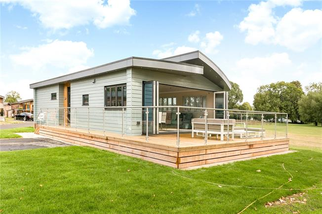 Guide Price £699,950, 2 Bedroom Bungalow For Sale in Marlow, Buckinghamshire, SL7
