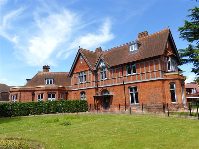 Guide Price £675,000, 2 Bedroom Flat For Sale in Marlow, Buckinghamshire, SL7