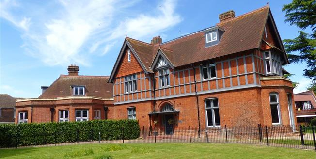 Guide Price £699,950, 2 Bedroom Flat For Sale in Marlow, Buckinghamshire, SL7