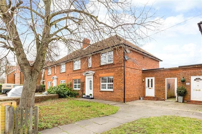 Guide Price £335,000, 2 Bedroom Flat For Sale in Marlow, SL7