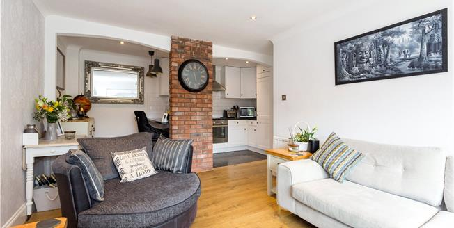 Guide Price £290,000, 2 Bedroom Flat For Sale in Marlow, SL7
