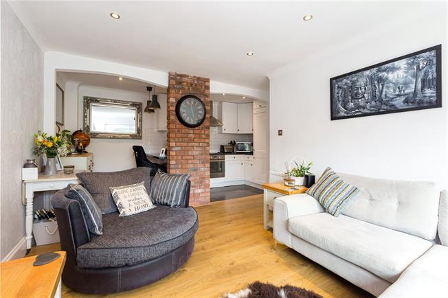 Guide Price £297,500, 2 Bedroom Flat For Sale in Marlow, Buckinghamshire, SL7