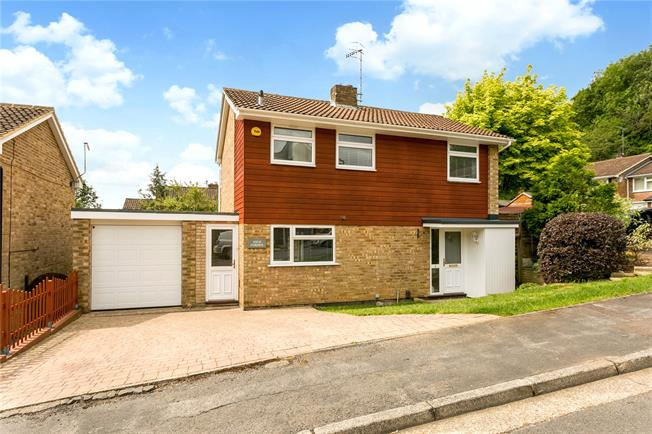 Guide Price £675,000, 3 Bedroom Detached House For Sale in Marlow, SL7