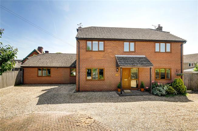 Guide Price £625,000, 4 Bedroom Detached House For Sale in Newbury, Berkshire, RG20